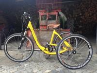 krásná žlutá tříkolka